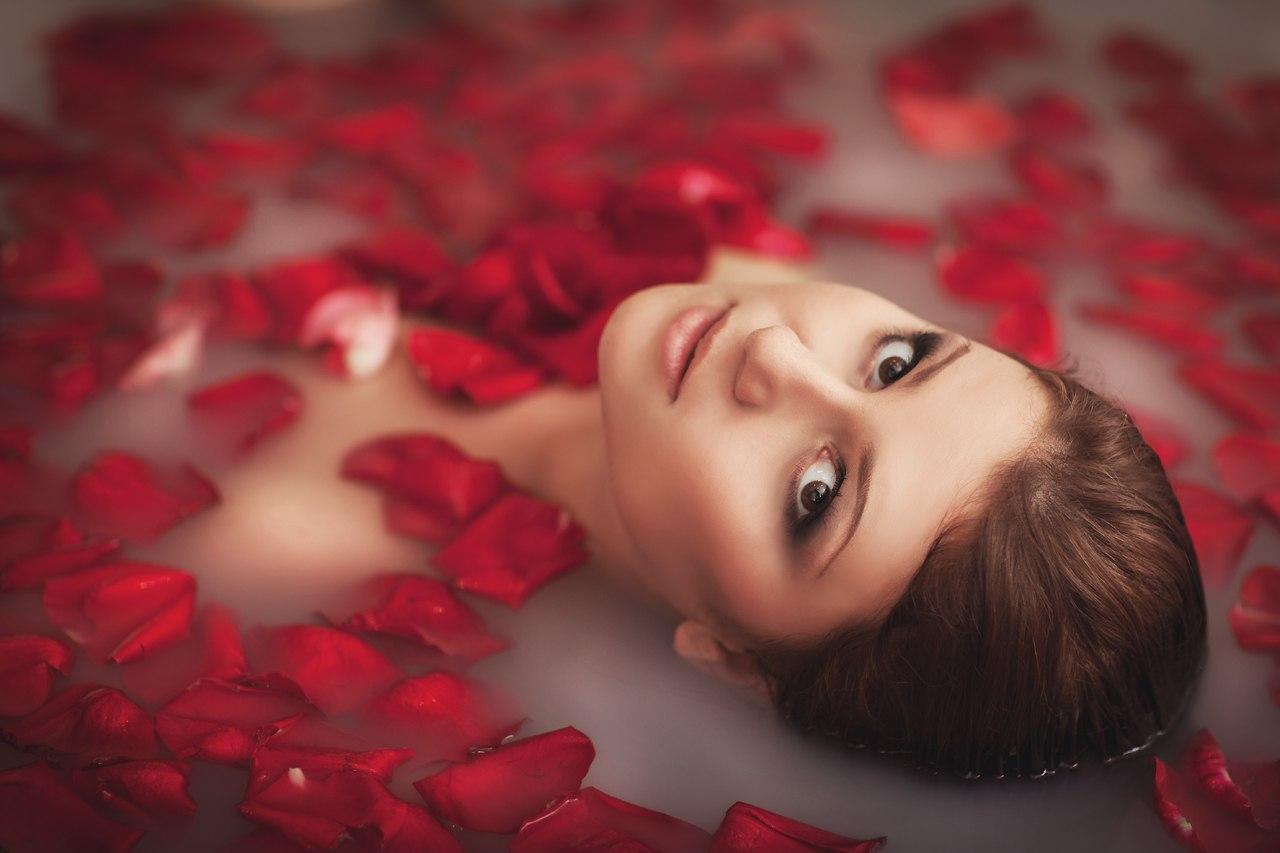 Фото девушек в ванне с лепестками роз 17 фотография